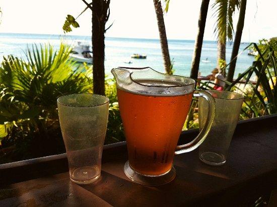 Fitzroy Island, Australia: Enjoying a jug of cider at Foxy's