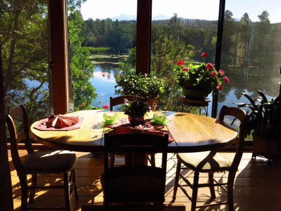 Abode at Willowtail Springs: Bungalow Cabin overlooking the lake from dining room