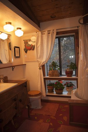 Abode at Willowtail Springs: Garden Cottage Bathroom