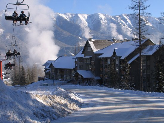 Fernie, Canada: Right at the Elk Chairlift is Snow Creek Lodge