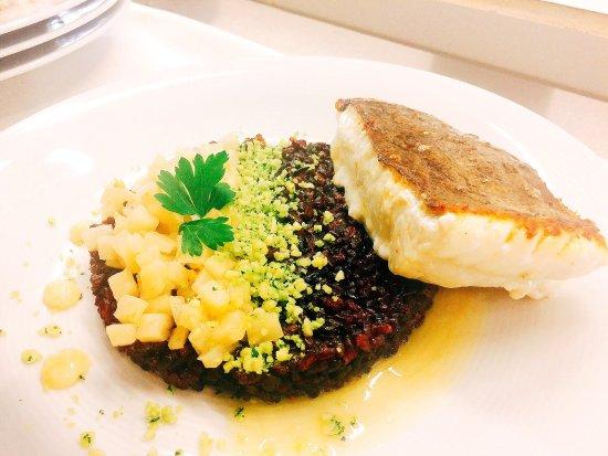 Saint-Vigor-le-Grand, Francia: Dessert tout poire , riz vénéré et turbot, asperges vertes et blanches   Vinaigrette d agrumes