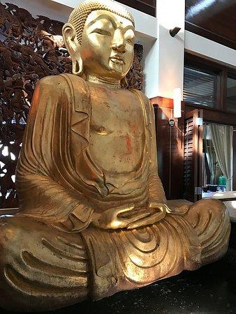 Folsom, Kalifornia: Golden buddha. Fat's Asia Bistro
