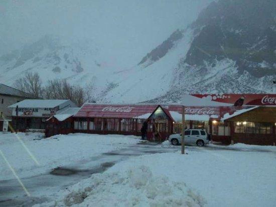 Los Penitentes, ארגנטינה: Frente del Refugio cuando comienza a nevar.