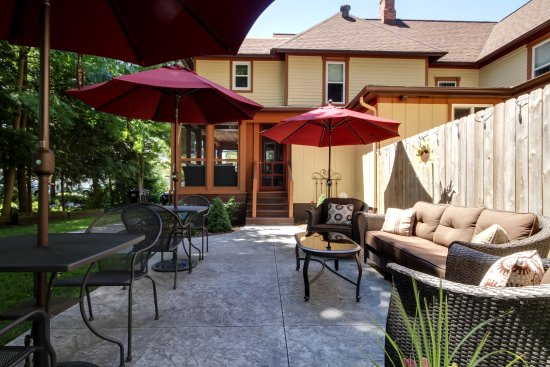 Twin Oaks Inn: Outdoor space for guests to enjoy