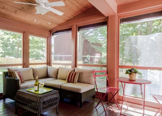 Twin Oaks Inn: Screened in porch for dining or lounging