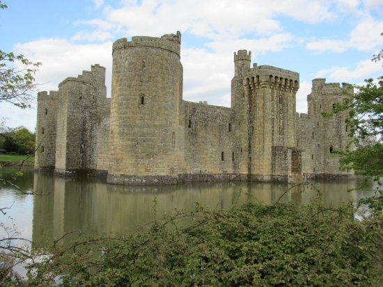Bodiam, UK: The castle looks good from all angles.