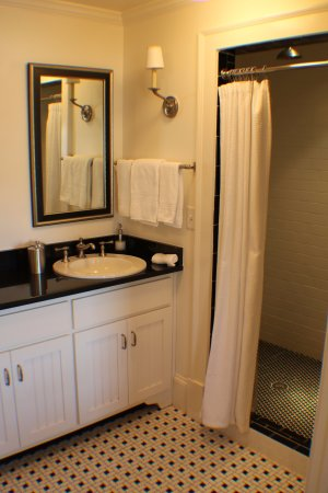 The James Madison Inn: Great shower