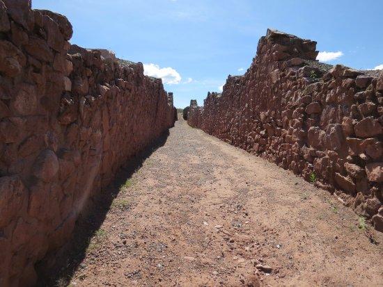 Maras, Peru: Piquillacta mas conocido por sus murallas de largas longuitudes que rodea la antigua cultura pre