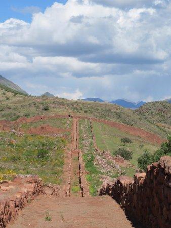 Maras, Peru: En esta foto se puede observar que Piquillacta parecia más una fortaleza de actividad militar pr