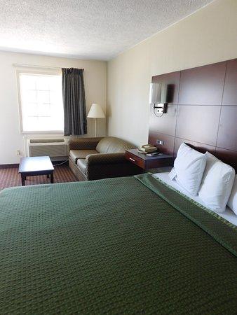 Dobson, Carolina do Norte: King Room w/ Sofa Bed
