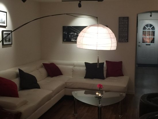 Sealy, TX: comfortable modern couch seating area