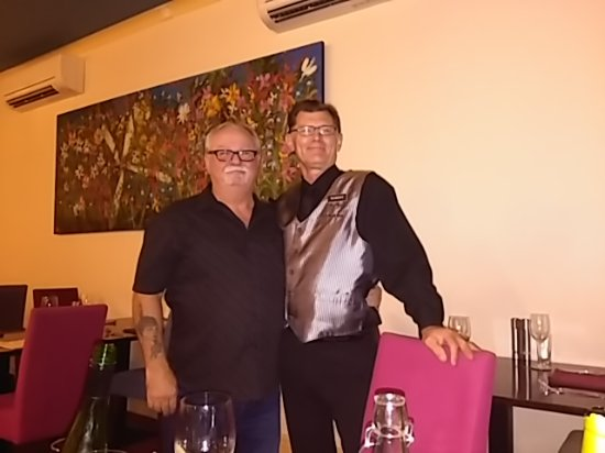 Broken Hill, Australia: Ray and our wonderful waiter Robert. Top service and a great meal. Especially the desert present