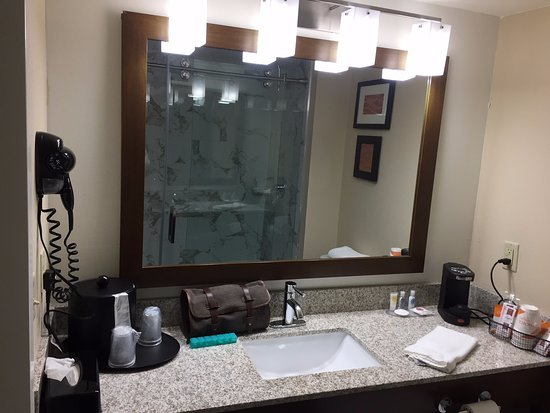 Eden Prairie, Μινεσότα: Sink, hair dryer, and coffeemaker