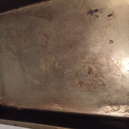 Southern Cross Serviced Apartments: This is the ONLY baking pan provided. Yes, that's grease and rust!