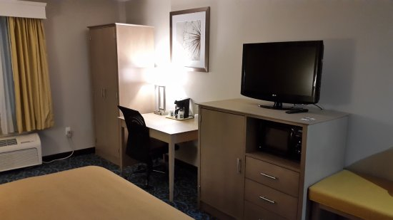 Milford, MA: Habitación amplia, cama grande con sommier.