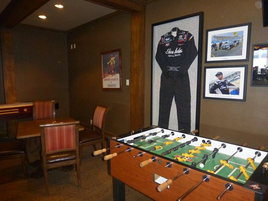 Shore Lodge: Game room at the Narrows Grill Bar