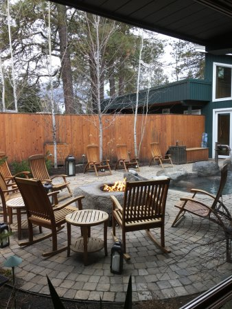 The Cove, an Authentic McCall Spa: Outdoor patio and firepit