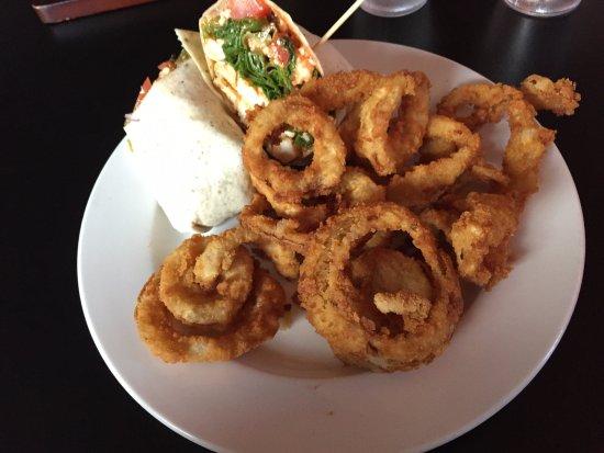 Redmond, Oregón: Spicy Chicken Wrap and Onion Rings