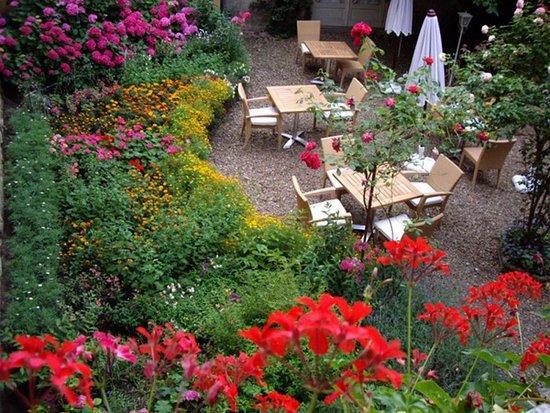 Hôtel-Restaurant du Tribunal : La cour fleurie