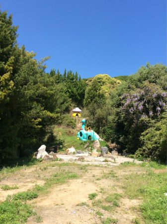 Yura-cho, Giappone: 羽山神社へ来てみた。ものすごい不思議さを感じる。 なんだここは? 小さな祠に、昔懐かしの井戸。手で水出すやつです。 ものすごく久しぶりに見た気がする。そしてこのオブジェも不思議。 鹿の本物のツ
