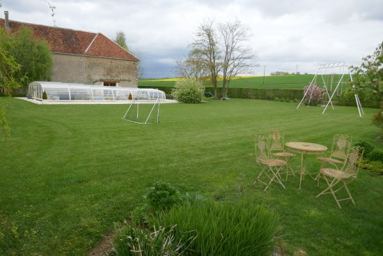 Château de Ribourdin : Swimming pool, large garden with swingset, soccer goal and table/chairs