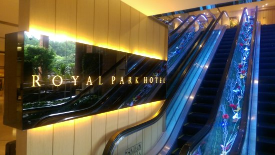 Royal Park Hotel: Escalators to the 'second' floor