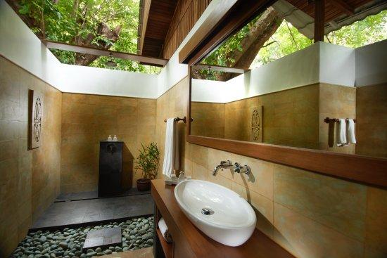 Siladen Resort & Spa: Outdoor Bathrooms