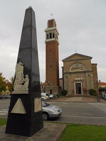 Taglio di Po, Italia: stele e chiesa