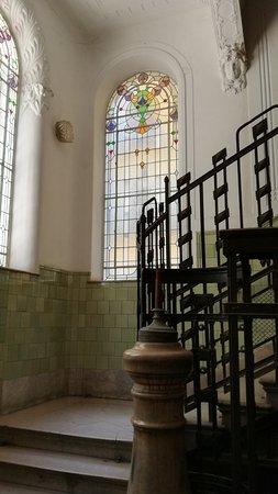 Cage d\'escalier d\'un immeuble Art Nouveau - Budapest - avril 17 ...