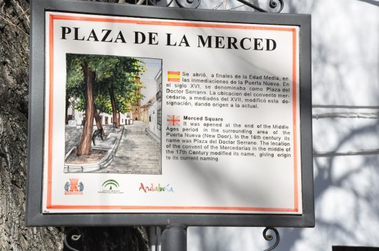 Osuna, Spanien: History tablet on the plaza.