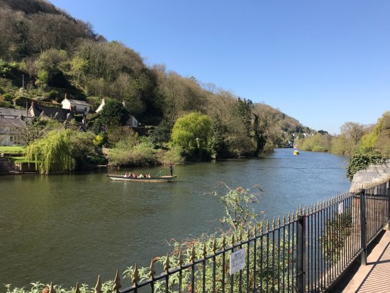 Symonds Yat, UK: The rope ferry that operate outside the Saracens Head