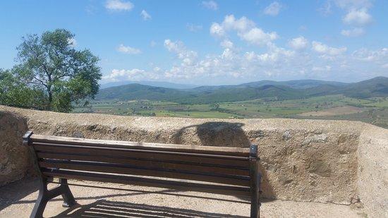 Capalbio, Italy: Spettacolare angolo di di paesaggio comodamente seduto su una panchina