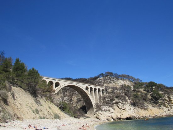 Ensues-la-Redonne, Francia: The view from the beach