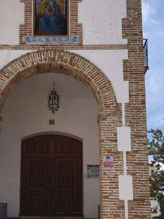 Archidona, Spanje: Kerk uittorend boven het dorp te midden van een mooi park parque Perlurbano Virgin de Gracia