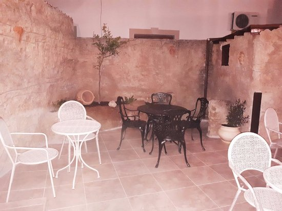 Anarita, Siprus: Courtyard seating area.