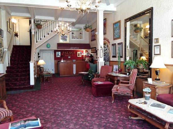 Palace Hotel: Eingang mit Rezeption