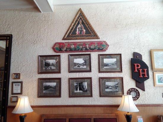 Palace Hotel: Wanddeko im Eingangsbereich
