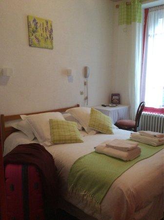 Besse-et-Saint-Anastaise, Frankrike: La chambre 1, mignonne petite chambre. Au calme et Très bien décorée. Literie au top.