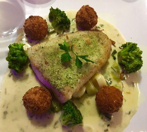 Woluwe-St-Pierre, Belgium: bar et fondue de poireaux et Menu de printemps : truite arc en ciel et petit gris!