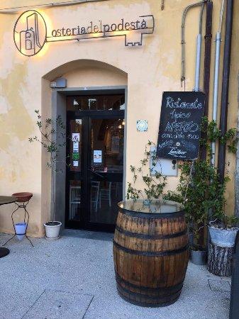 Pietralunga, Italien: Ingresso sulla piazza principale del borgo