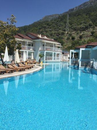 Otelin havuzu ve girişi