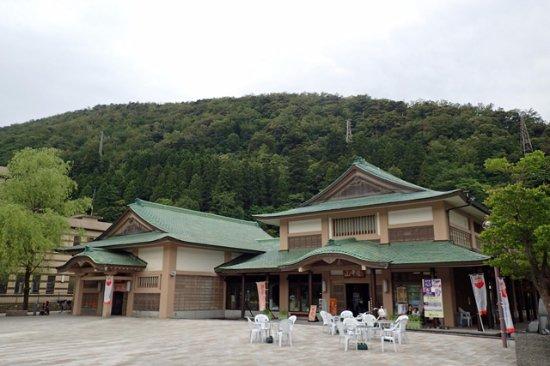 Kaga, Japan: 立派な建物ですが、総湯のお土産屋にしか見えません。