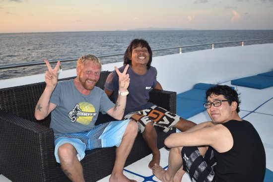 Чалонг, Таиланд: Two dive guides and a customer on the top deck