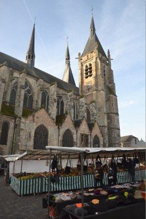 Marché de Dourdan sur la Place du Général de Gaulle en face de l'église