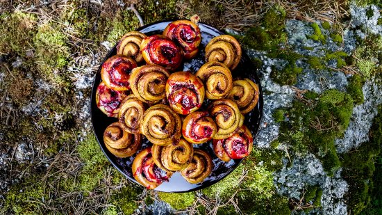 Bracke, Suecia: Buns and caces are all home made. These were photographed still hot!