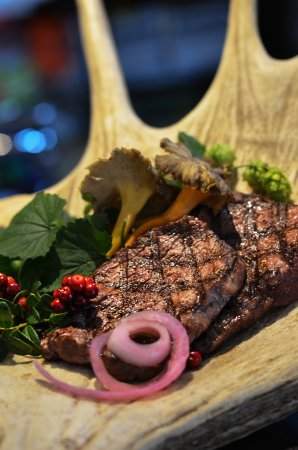 Bracke, Suecia: Moose and beef steak, served with forest's gold: muchrooms and lingon.