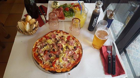 Beaulieu-sur-Mer, Francja: Pizza and salad.