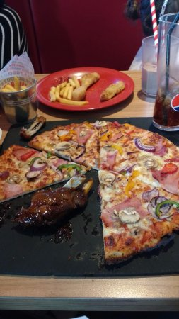 Kettering, UK: A very tasty pizza and a taster of my wife's ribs !!!