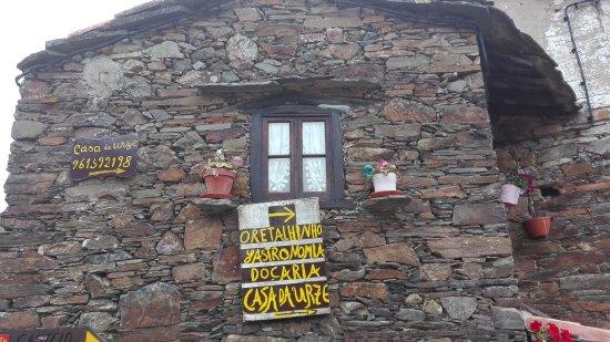 Lousa, Portugal: Ambiente familiar com decoração tipica e artesanato