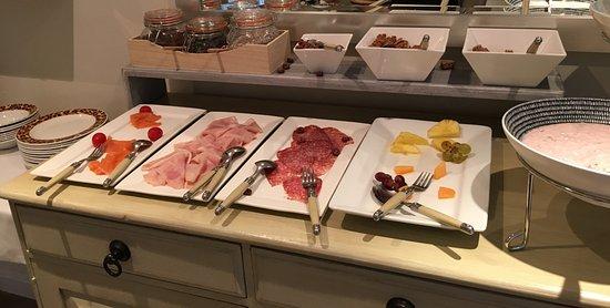 Villa Coloniale: Teil des nicht sehr liebevollen Frühstücksbuffets um 8.30 Uhr